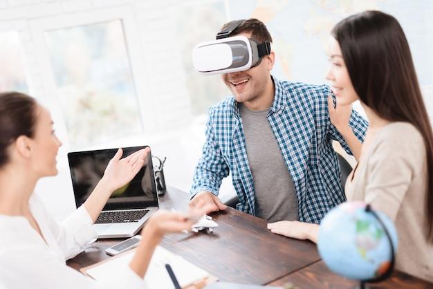 Homem olha para as fotos no capacete da realidade virtual
