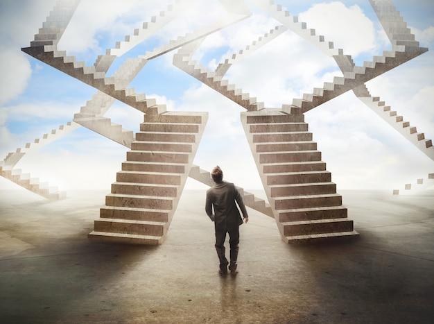 Homem olha uma escada