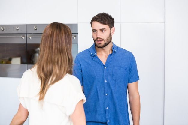 Homem olhando a esposa enquanto discutia