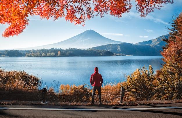 Homem olhando a montanha fuji. o monte mais famoso do japão