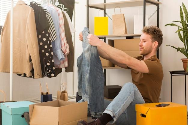 Homem olhando camisa jeans