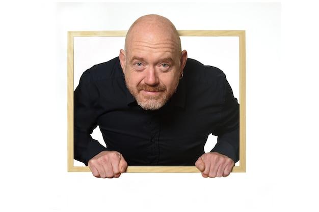 Homem olhando de dentro de uma caixa