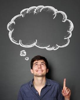 Homem olhando e apontando para o discurso em branco da bolha