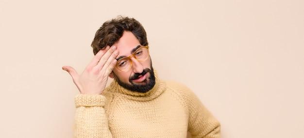 Homem olhando estressado, cansado e frustrado, secando o suor da testa, sentindo-se desesperado e exausto