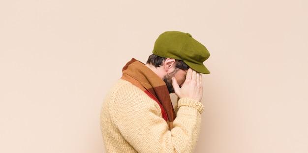 Homem olhando estressado e frustrado, trabalhando sob pressão com dor de cabeça e incomodado com problemas