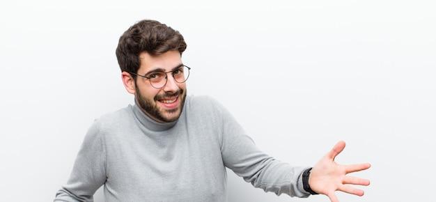 Homem olhando feliz, arrogante, orgulhoso e satisfeito, sentindo-se como o número um