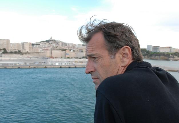 Homem olhando o mar
