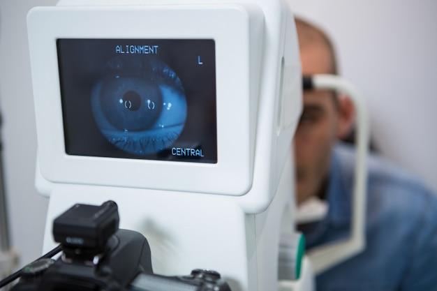 Homem olhando para a máquina de teste do olho