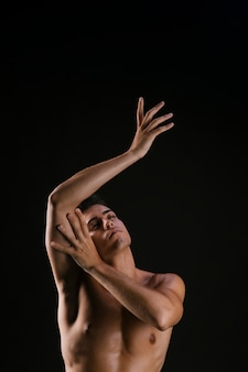 Homem olhando para cima e gentilmente puxando as mãos
