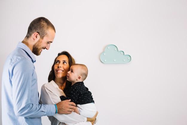 Homem olhando para esposa e bebê
