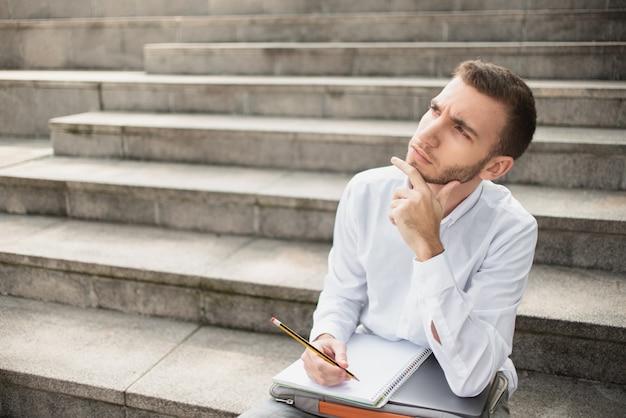 Homem olhando para longe e pensando