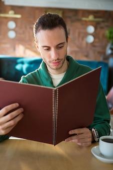 Homem olhando para o menu