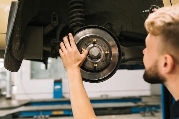 Homem, olhar, e, verificar, freio, rotor
