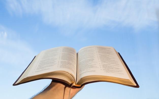 Homem, orando, com, seu, bíblia
