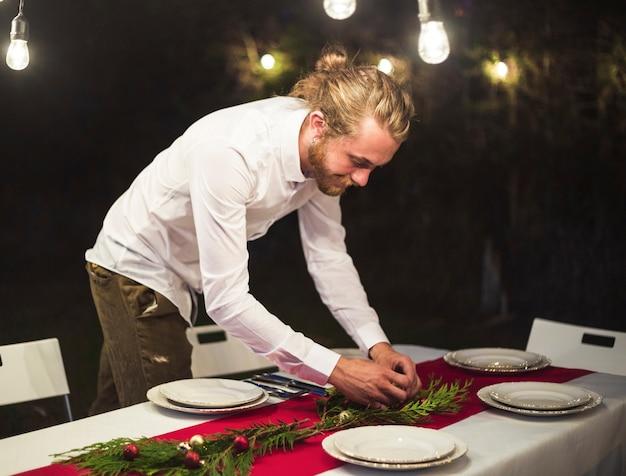 Homem, organizando, decorações, ligado, tabela natal