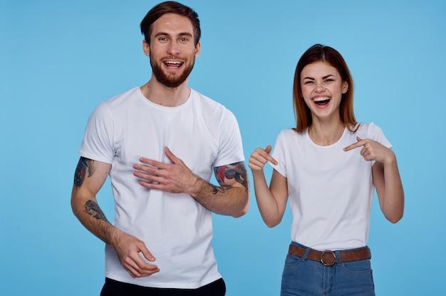 Homem ou mulher vestindo camiseta branca divertida moda amizade