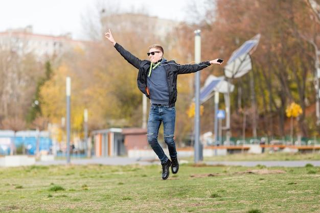 Homem ouvindo música em fones de ouvido ao saltar