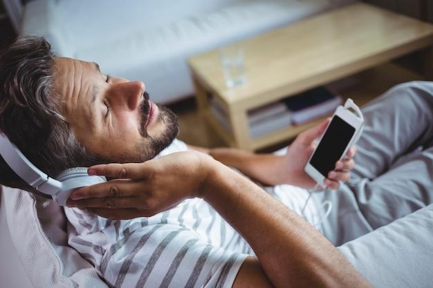 Homem ouvindo música em fones de ouvido
