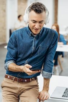 Homem ouvindo música em uma reunião