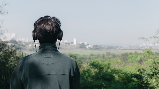 Homem ouvindo música na natureza