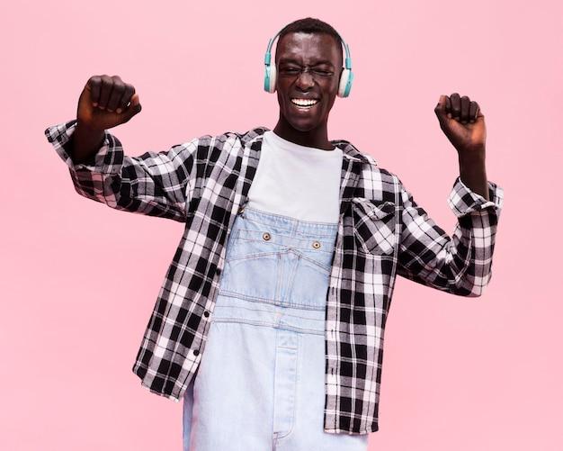 Homem ouvindo musica