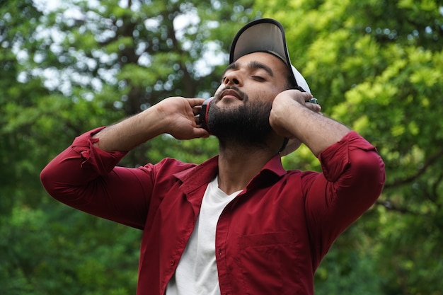 Homem ouvindo podcast usando fone de ouvido