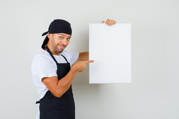 Homem padeiro apontando para uma tela vazia em uma camiseta