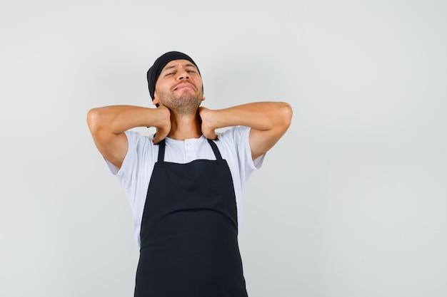 Homem padeiro com dor no pescoço em uma camiseta