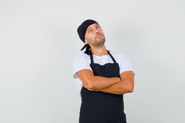 Homem padeiro em pé com os braços cruzados na camiseta