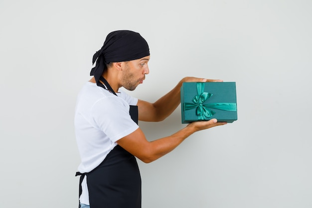 Homem padeiro segurando uma caixa de presente em uma camiseta