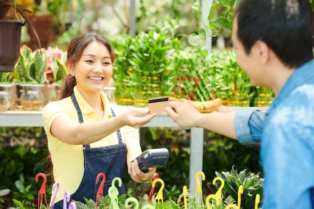 Homem pagando pelas plantas