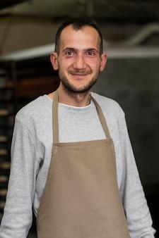 Homem parado em uma padaria