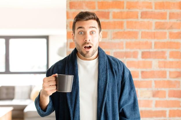 Homem parecendo muito chocado ou surpreso, olhando com a boca aberta dizendo uau