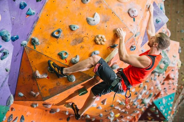 Homem, parede escalando, durante, treinamento