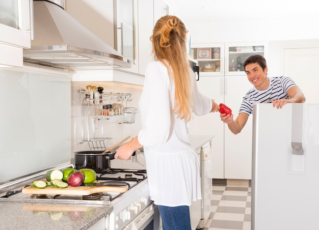 Homem, passagem, vegetal, para, dela, esposa, preparando alimento, cozinha