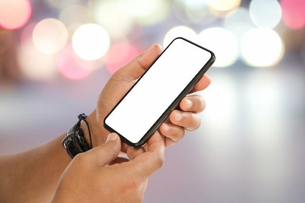 Homem, passe segurar, em branco, tela móvel, telefone, sobre, rua, noturna, bokeh, luz
