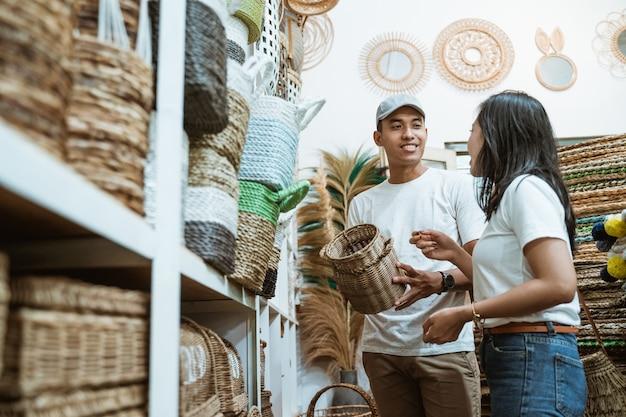 Homem pede consentimento da parceira ao escolher artesanato entre os itens de artesanato na galeria de artesanato
