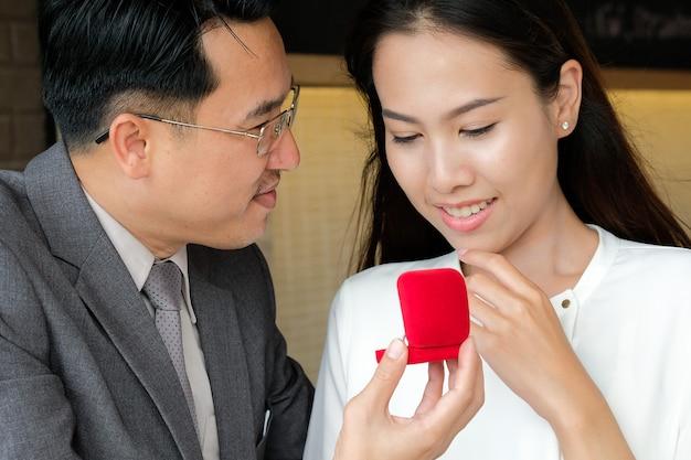 Homem pedindo beleza menina para casar com ele durante a noite romântica