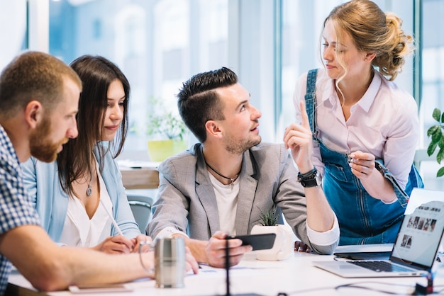 Homem pedindo conselhos aos colegas