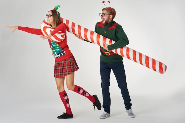 Homem pegando a namorada com um bastão de doce
