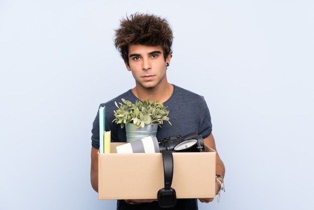 Homem pegando uma caixa cheia de coisas e fazendo uma jogada