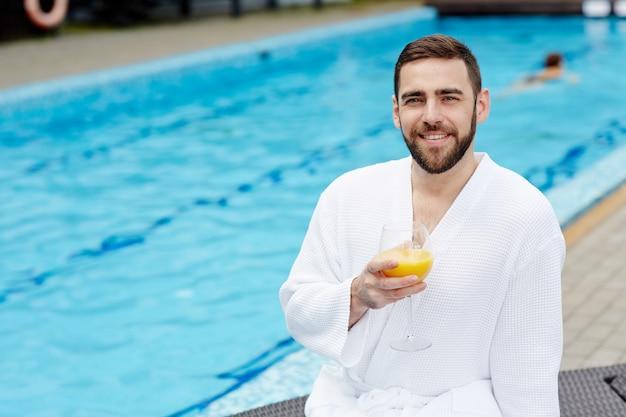 Homem pela piscina