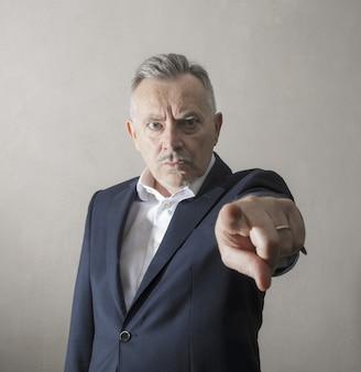 Homem pelo olhar severo e irritado