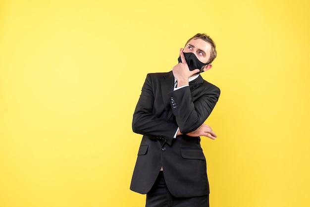 Homem pensando ou ponderando sobre amarelo