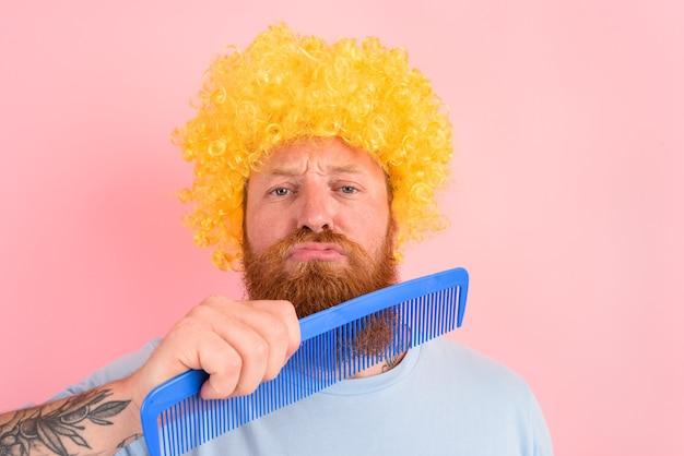 Homem pensativo com barba peruca amarela e pente grande