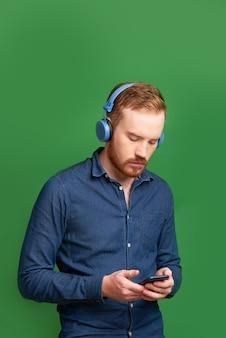 Homem pensativo com smartphone