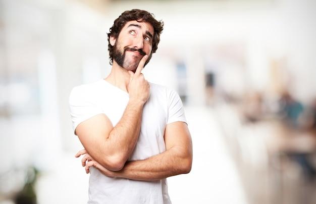 Homem pensativo com um sorriso