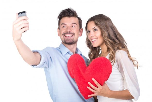 Homem pensativo faz selfie com uma garota.