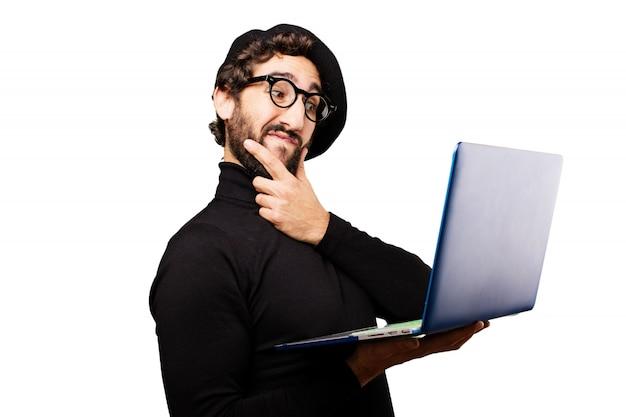 Homem pensativo olhando para um laptop
