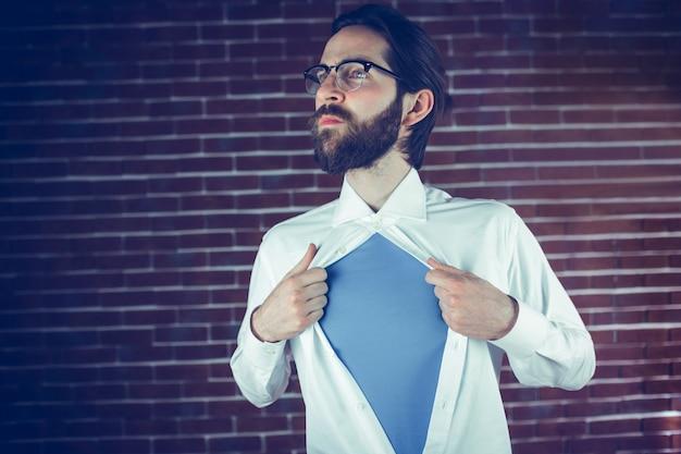 Homem pensativo que abre a camisa no estilo do super-herói